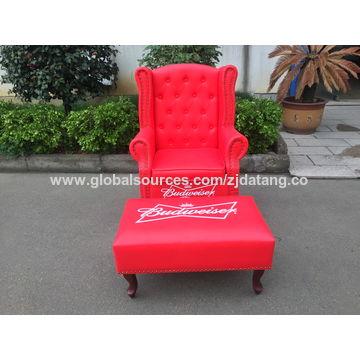 China La PU arriba apoya la silla del trono del rey con las piernas ...